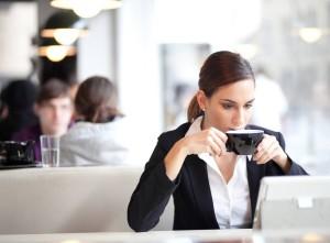 Бизнес у компьютера с чашечкой кофе